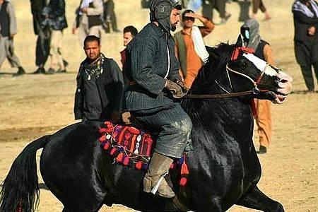 Buskaschi ist ein Reiterspiel - ähnlich wie Polo. Allerdings wird nicht um einen Ball gekämpft, sondern um einen Tierkadaver, den es in einen Kreidekreis zu bugsieren gilt. Foto: Zubair Reshad/Hadschi Din Mohammed /dpa