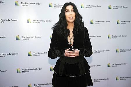 Sängerin Cher, hier 2018 bei einer Verleihung, hat ein Filmprojekt über ihr Leben angekündigt. Foto: Kevin Wolf/AP/dpa