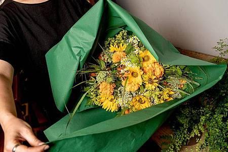 Ein Blumenstrauß muss immer zum Anlass passen: Einfühlungsvermögen gegenüber den Kunden ist daher bei der Arbeit als Floristin gefragt. Foto: Zacharie Scheurer/dpa-tmn