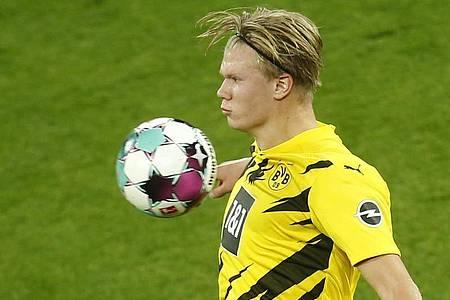 Sein Einsatz beim BVB-Gastspiel bei Hertha BSC ist offen: Torjäger Erling Haaland. Foto: Leon Kuegeler/Reuters-Pool/dpa