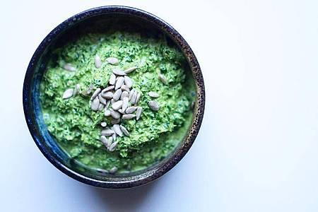 Schnell und einfach lässt sich frischer Grünkohl zu leckerem Pesto verarbeiten - mit Knoblauch, Sonnenblumenkernen, Sonnenblumenöl, Zitronensaft und Weißweinessig. Foto: Ye Olde Kitchen/dpa-tmn