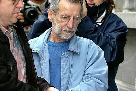 Der französische Serienmörder Michel Fourniret (M) wird im Juli 2004 im belgischen Dinant in ein Gerichtsgebäude gebracht. Foto: Boucau/BELGA/dpa