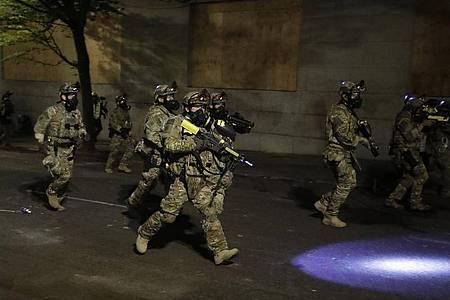Bundespolizisten am Rande eines «Black-Lives-Matter»-Protests in Portland. Foto: Marcio Jose Sanchez/AP/dpa