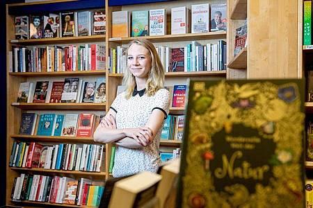 Zwischen Biografien und Fantasy-Romanen: Sophie Schmale macht eine Ausbildung zur Buchhändlerin in Berlin. Foto: Zacharie Scheurer/dpa-tmn