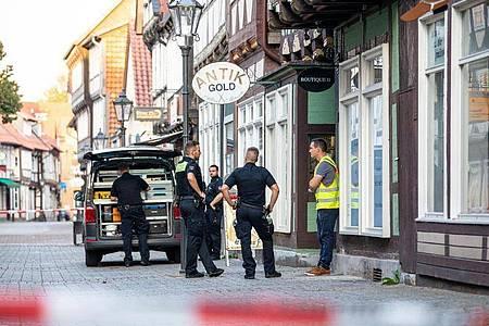 Einsatzkräfte der Polizei sichern den Tatort in der Innenstadt von Celle. Foto: Moritz Frankenberg/dpa