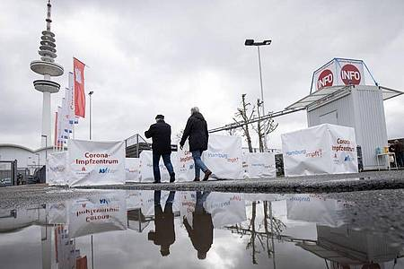 Ein Corona-Impfzentrum in Hamburg:Die Hansestadt muss wieder in den Lockdown, die Corona-Zahen steigen. Foto: Christian Charisius/dpa