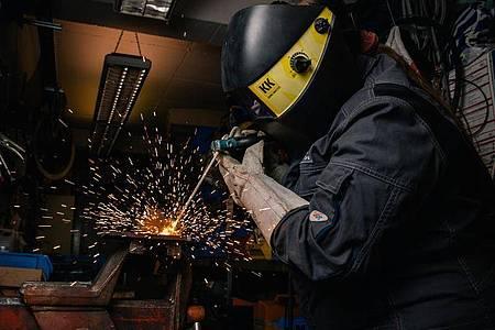 Die angehende Anlagenmechanikerin Lisa-Maria Schippl übt mit einem Elektroschweißgerät eine sogenannte Raupen-Naht. Foto: Zacharie Scheurer/dpa-tmn