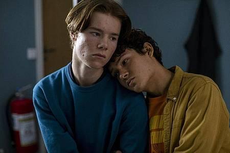 Ganz nah: Edvin Ryding (l) als Wilhelm und Omar Rudberg als Simon in «Young Royals». Foto: Johan Paulin/Netflix/dpa
