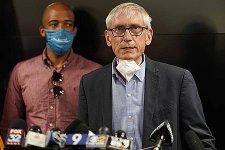 Tony Evers, Gouverneur des US-Bundesstaates Wisconsin, spricht auf einer Pressekonferenz. Foto: Morry Gash/AP/dpa