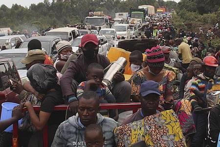 Menschen fliehen aus der Stadt Goma. In der Millionenstadt spitzt sich die Lage am Vulkan Nyiragongo dramatisch zu. Foto: Justin Kabumba/AP/dpa