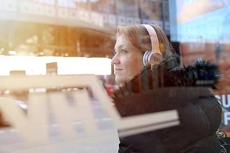 Hören, wann und wo man will: Ihre Flexibilität ist ein Grund für den Erfolg von Podcasts. Foto: Mascha Brichta/dpa-tmn