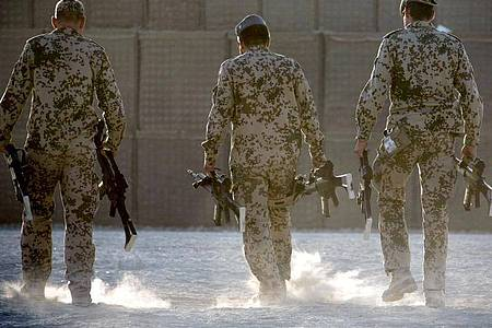 Bundeswehrsoldaten tragen in Afghanistan Waffen zum Depot. Foto: Michael Kappeler/picture alliance/dpa