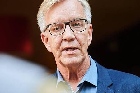 Dietmar Bartsch, Fraktionsvorsitzender Die Linke, gibt vor Beginn der Klausurtagung ein Interview. Foto: Annette Riedl/dpa
