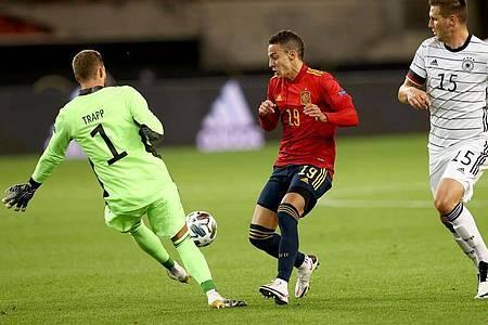 Neuer-Vertreter Kevin Trapp (l) klärt vor Spaniens Rodrigo Moreno. Foto: Christian Charisius/dpa