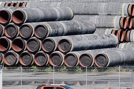 Rohre für die Ostsee-Gaspipeline Nord Stream 2 werden auf dem Gelände des Hafens Mukran bei Sassnitz auf der Insel Rügen gelagert. Foto: Stefan Sauer/dpa-Zentralbild/dpa