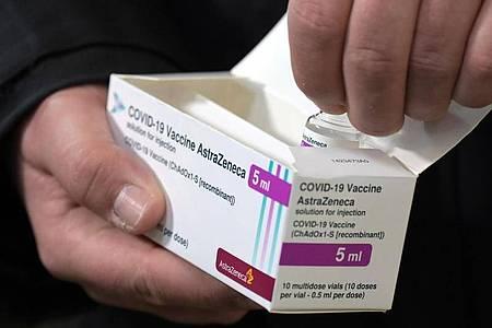 Ein Fläschchen mit fünf Milliliter Corona-Impfstoff von Astrazeneca. (Archivbild). Foto: Soeren Stache/dpa