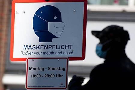 In vielen Innenstädten herrscht «Maskenpflicht» - die Corona-Fallzahlen sind feiertagsbedingt rückläufig. Foto: Daniel Reinhardt/dpa