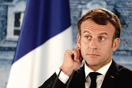 Die Kabinettsumbildung sollte Druck vom Kessel nehmen, das Gegenteil könnte nun der Fall werden: Der französische Präsident Emmanuel Macron reagiert während einer Pressekonferenz. Foto: Kay Nietfeld/dpa-Pool/dpa