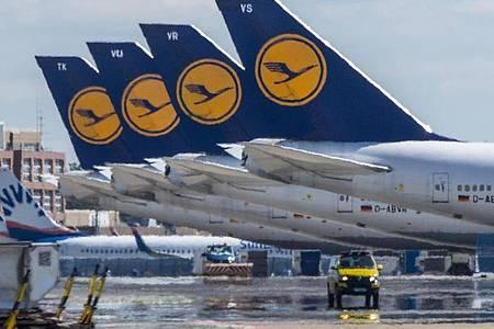 Stillgelegte Passagiermaschine der Lufthansa stehen auf dem leeren Rollfeld des Flughafen Frankfurt. Foto: Boris Roessler/dpa