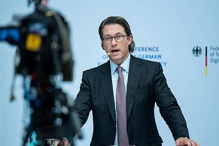 Andreas Scheuer will die rechtlichen Unsicherheiten bei neuen Regeln über Fahrverbote bei zu schnellem Fahren so rasch wie möglich beseitigen. Foto: Bernd von Jutrczenka/dpa