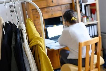 Möchte der Arbeitgeber kontrollieren, ob im Homeoffice Arbeits- und Datenschutzbestimmungen eingehalten werden, braucht er immer die Erlaubnis des Arbeitnehmers. Foto: Sebastian Gollnow/dpa/dpa-tmn
