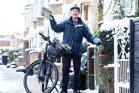 George Bailey ist ein «Paperboy» (Zeitungsausträger). Foto: Ciaran Mccrickard/PA Wire/dpa