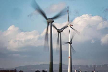 Windräder drehen sich auf einer Anhöhe in Rheinhessen. Foto: Frank Rumpenhorst/dpa