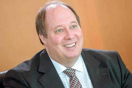 Kanzleramtchef Helge Braun (CDU) hatte eine Video-Schalte mit den Staatskanzlei-Chefs der Bundesländer. Foto: Michael Kappeler/dpa