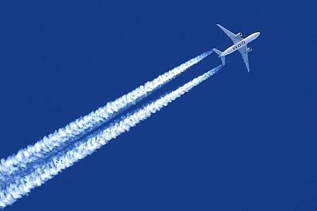 Ein Flugzeug hinterlässt Kondensstreifen am wolkenlosem Himmel. Foto: Karl-Josef Hildenbrand/dpa