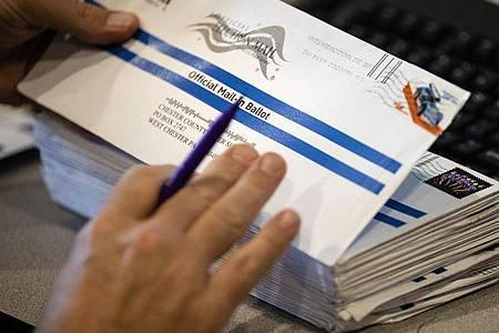 Briefwahlunterlagen in den USA. Präsident Trump behauptet immer wieder, dass mehr Briefwahl-Abstimmungen zu Wahlbetrug führen werden. Foto: Matt Rourke/AP/dpa