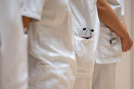 Mediziner fordern wieder schärfere Beschränkungen in der Corona-Pandemie. Foto: Marijan Murat/dpa