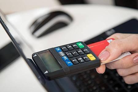 Das Bankgeschäft wird immer digitaler. Die neue Ausbildungsordnung für Bankfachleute soll Auszubildende darauf vorbereiten. Foto: Christin Klose/dpa-tmn