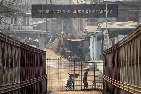 Grenze zwischen Myanmar und Indien. Die EU will Sanktionen gegen elf Personen verhängen, die für den Militärputsch und die Gewalt gegen Demonstranten in Myanmar verantwortlich gemacht werden. Foto: Anupam Nath/AP/dpa