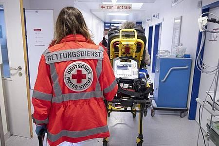 Miriam Görg, Notfallsanitäterin des Deutschen Roten Kreuzes (DRK), in der Notaufnahme eines Krankenhauses. Foto: Boris Roessler/dpa