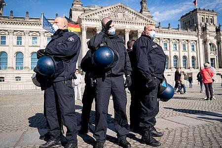 Polizeibeamte sichern das Reichstagsgebäude in Berlin bei Protesten gegen dieCorona-Auflagen der Bundesregierung. Foto: Kay Nietfeld/dpa