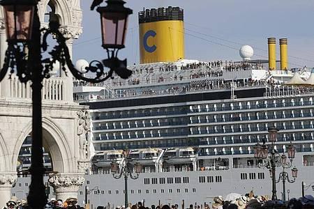 Das Kreuzfahrtschiff «Costa Deliziosa» fährt am Markusplatz in Venedig vorbei. Foto: Luca Bruno/AP/dpa