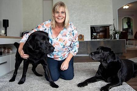 Claudia Kasig mit ihren Bettwanzenspürhunden Ramirez und Jamiro. Foto: Sina Schuldt/dpa