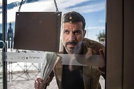 Das Stammcafé von Dupin (Pasquale Aleardi) hat geschlossen. Foto: Wolfgang Ennenbach/ARD Degeto/dpa