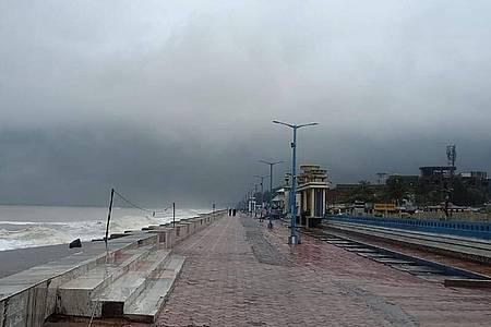 Menschenleer ist die Promenade entlang der Küste des Golfes von Bengalen bei Chandbali im ostindischen Bundesstaat Orissa vor dem Landfall von Zyklon «Amphan». Foto: Uncredited/AP/dpa