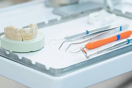 Manchen wird beim Anblick der Zahnarzt-Werkzeuge mulmig - dennoch ist es ratsam, zumindest einmal im Jahr zur Vorsorge zu gehen. Foto: Christin Klose/dpa-tmn