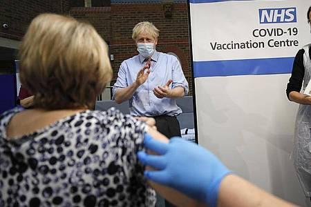 Boris Johnson applaudiert, nachdem eine Krankenschwester eine Patientin im Guy`s Hospital verabreicht hat. Foto: Frank Augstein/AP POOL/dpa