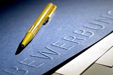 Wer dazu aufgefordert wird, sollte im Anschreiben eine Angabe zu seinen Gehaltsvorstellungen nicht einfach unterschlagen. Foto: Jens Schierenbeck/dpa-tmn