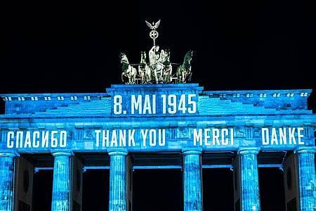 Zum 75. Jahrestag des Weltkriegsendes ist das Brandenburger Tor am Freitagabend mit dem Schriftzug «Danke» in mehreren Sprachen angestrahlt worden. Foto: Christophe Gateau/dpa