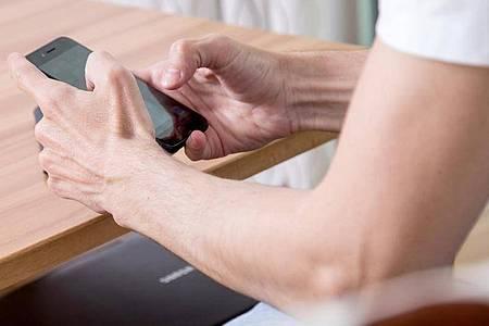 Auf Partnersuche:Dating-Apps wie Tinder sind sehr populär. Doch das lockt leider auch Betrüger an. Foto: Christin Klose/dpa-tmn