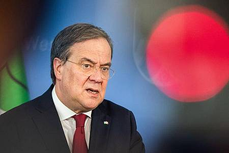 Muss die Lage bei Tönnies neu bewerten:NRW-Ministerpräsident Armin Laschet. Foto: Marcel Kusch/dpa