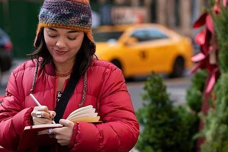 Lily (Midori Francis) kommt durch ihr rotes Notizbuch mit Dash in Kontakt. Foto: Alison Cohen Rosa/Netflix/dpa