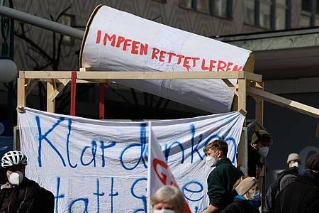 Eine symbolische Impfspritze ist bei einer Kundgebung des «Bündnis gegen Rechts» im Vorfeld einer Kundgebung unter dem Motto «Freie Bürger Kassel - Grundrechte und Demokratie» zu sehen. Foto: Swen Pförtner/dpa