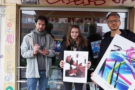 Initiator René Piroth (r-l), Anne Stein und Fotograf Stefan Schoder unterstützen die Clubs auf St. Pauli. Foto: Marcus Brandt/dpa