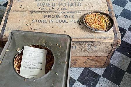 Kistenweise Dosen mit getrockneten Kartoffeln aus dem Zweiten Weltkrieg. Foto: Marius Rügge/Marius Rügge/dpa