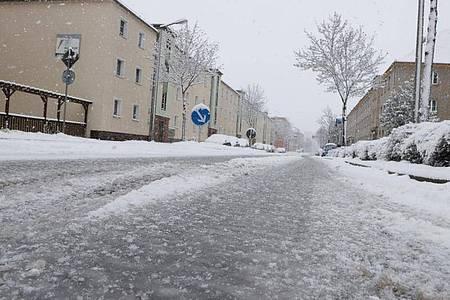 Glatte Straßen in Gera:nach starken Schneefällen und vorherigem Regen kam es am Morgen in Ostthüringen zu zahlreichen Behinderungen im Straßenverkehr. Foto: Bodo Schackow/dpa-zentralbild/dpa